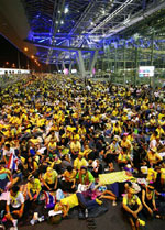 Ủng hộ viên của nhóm PAD chiếm đóng phi trường Bangkok