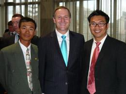 Từ trái: Đỗ Mạnh Tiến, Thủ tướng Tân Tây Lan ông John Key, Phan Đình Quốc