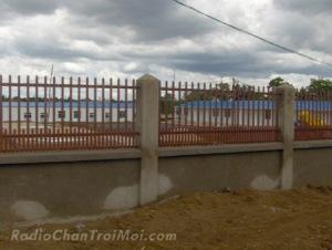 Những dãy nhà bên trong hàng rào là nơi ở của chuyên gia Trung Quốc