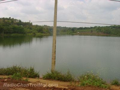 Hồ nước nằm ngay dưới chân công trình để phục vụ nhà máy khai thác Bô Xít sản xuất Alumi