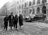 Cuối năm 1956 người dân Hungary nổi dậy chống lại Liên Xô.