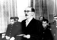Cựu Thủ tướng Hungary Imre Nagy, người đã nổi lên chống lại Liên Xô. Hình chụp phiên tòa xử kín ông vào ngày 15/06/1958. Ông bị kết án tử hình và bị xử tử ngay ngày hôm sau. Thân xác bị chôn vùi ngay trong sân tù.