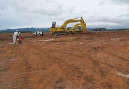 """Những đồi thông và vườn chè ở Tây nguyên đã bị san bằng để khai thác bauxite. Đại tướng Võ Nguyên Giáp cho biết """"Trong tháng 12/2008 đã có hàng trăm công nhân Trung Quốc đầu tiên có mặt trên công trường""""."""