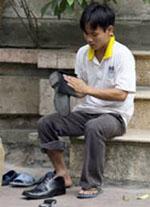 Số phận của con em lao động: đánh giầy trên hè phố!