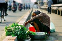 Chỉ cần vượt thoát ra khỏi vùng ánh sáng hào nhoáng đó, người ta sẽ nhìn thấy ngay đời sống nghèo khó thảm thương của hầu hết người dân Việt.