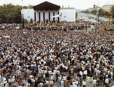 Dân chúng tụ tập ở công trường Anh Hùng ngày 16/06/1989 biểu tình tưởng niệm ông Imre Nagy.