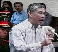 Nhà báo Nguyễn Việt Chiến phản bác những cáo buộc của tòa án. (Hình AP).