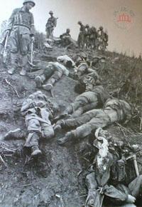 Lính Trung Quốc kiểm tra xác binh sĩ Việt Nam trong trận chiến Việt-Trung 1979. (Nguồn: Quốc Phòng Trung Quốc)